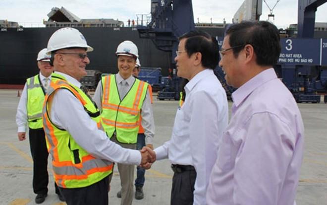 Chủ tịch nước thăm hỏi, cán bộ công nhân làm việc ở cảng/