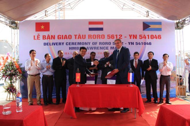 Lãnh đạo công ty Đóng tàu Hạ Long và trưởng đại diện tập đoàn DAMEN tại Hạ Long ký biên bản bàn giao