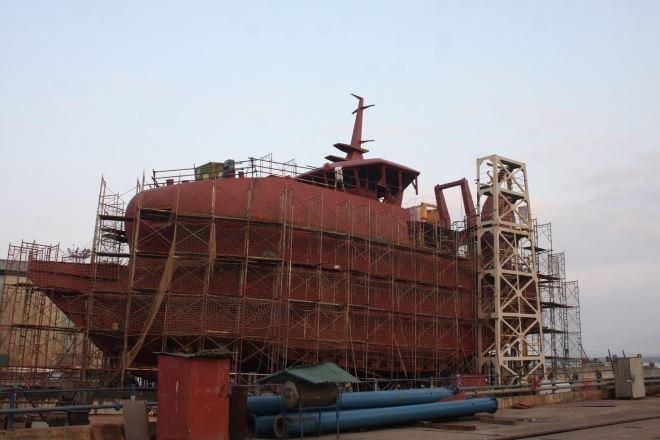 Tàu đánh cá đóng cho chủ tàu CANADA đang được đấu đà trên triền.